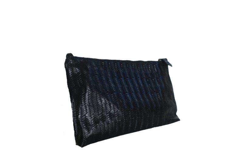 תיק קלאץ' מעור בצבע שחור במראה קלוע